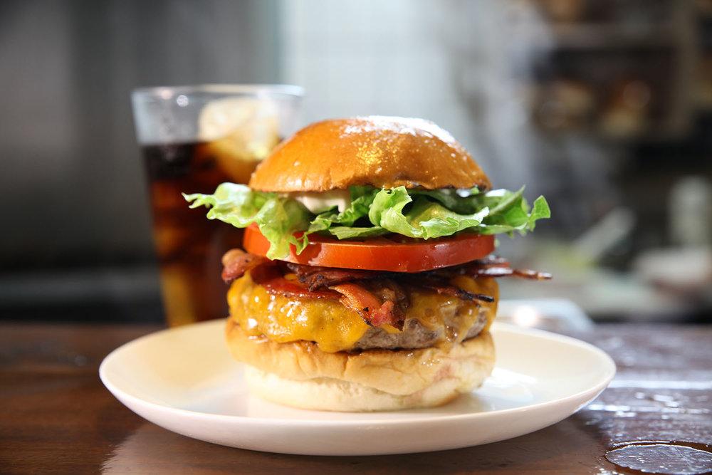 CRUDE - R$ 28,00   Pão, burger, queijo cheddar inglês, bacon, maionese da casa, alface e tomate.