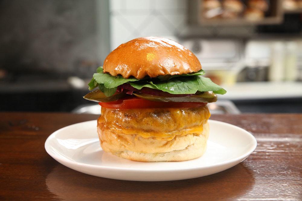 LONGSHOREMAN - R$ 28,00   Pão, burger, queijo cheddar inglês, picles da casa, cebola roxa, maionese de ervas, rúcula e tomate.