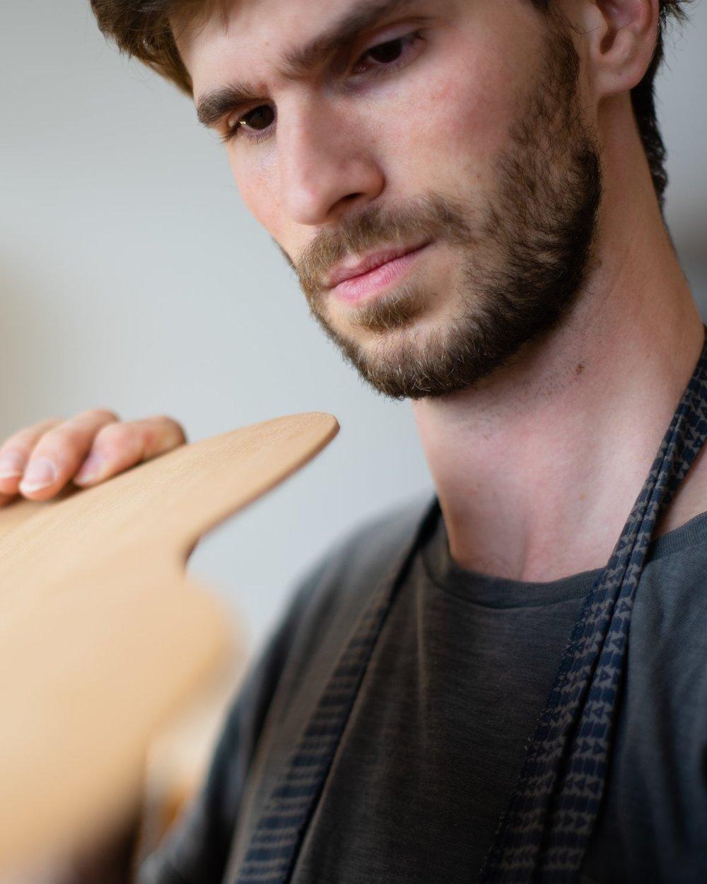 Adrian Heinzelmann begutachtet eine Zederndecke