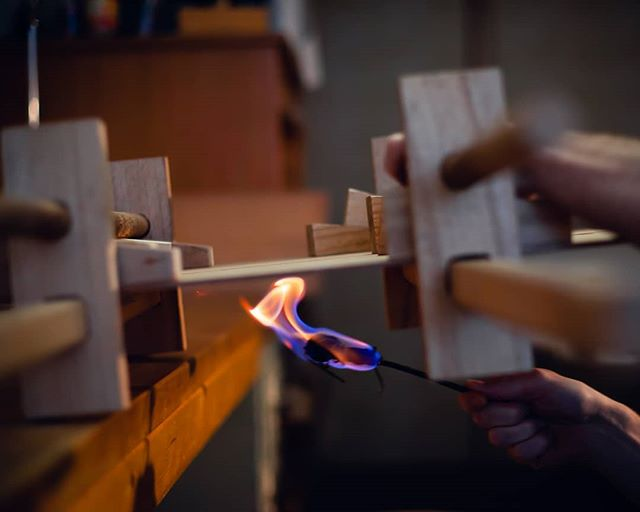 Heating up the hide glue joint of guitar top with a torch. This is the way I've learned it in Luthier school in Mittenwald about 10 years ago. Thanks to Friederike for the nice shot.  #classicalguitar #classicalguitarmaking #luthier #guitarbuilder #guitarmaking  #whatsonyourbench  #wood  #woodworking #workshop #workbench #cedartop #guitartop #guitarporn #musicalinstrument #sonyalpha #berlin #boutiqueguitars #instaguitars #guitarsofinstagram #guitarsarebetter #berlinluthiers #fire #torch