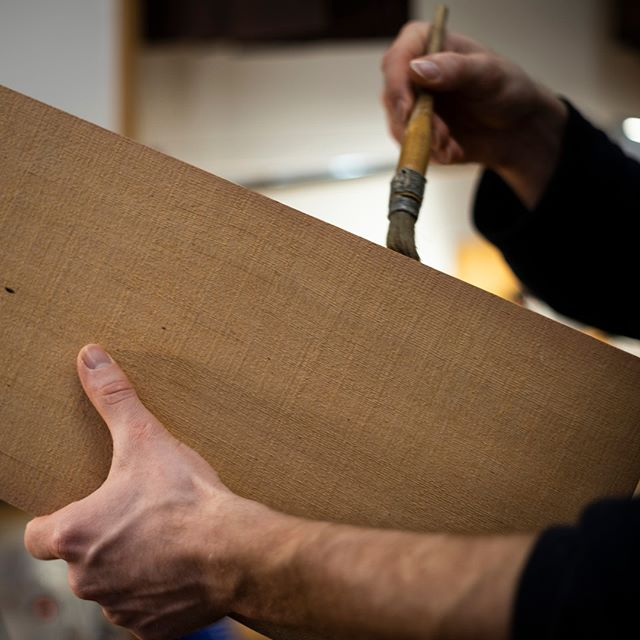 Applying the hide glue for joining the soundboard.  #classicalguitar #classicalguitarmaking #luthier #guitarbuilder #guitarmaking  #whatsonyourbench  #wood #woodworking #workshop #workbench #cedartop #guitartop #guitarporn #musicalinstrument #sonyalpha #berlin #boutiqueguitars #instaguitars #guitarsofinstagram #guitarsarebetter #berlinluthiers