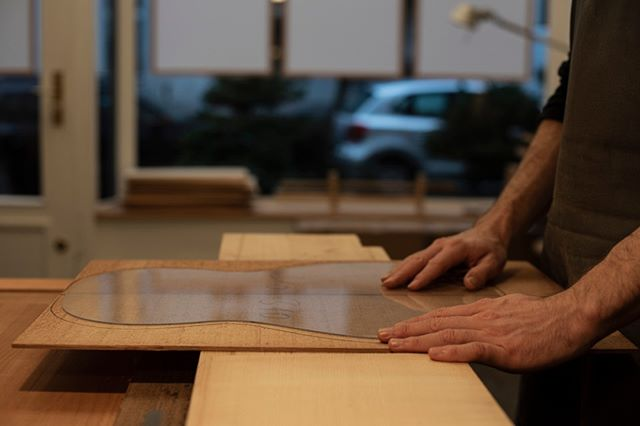 Chosing the timbers for the next guitars #classicalguitar #classicalguitarmaking #luthier #guitarbuilder #guitarmaking  #whatsonyourbench  #wood  #woodworking #workshop #workbench #cedartop #guitartop #guitarporn #musicalinstrument #sonyalpha #berlin #boutiqueguitars #instaguitars #guitarsofinstagram #guitarsarebetter #berlinluthiers