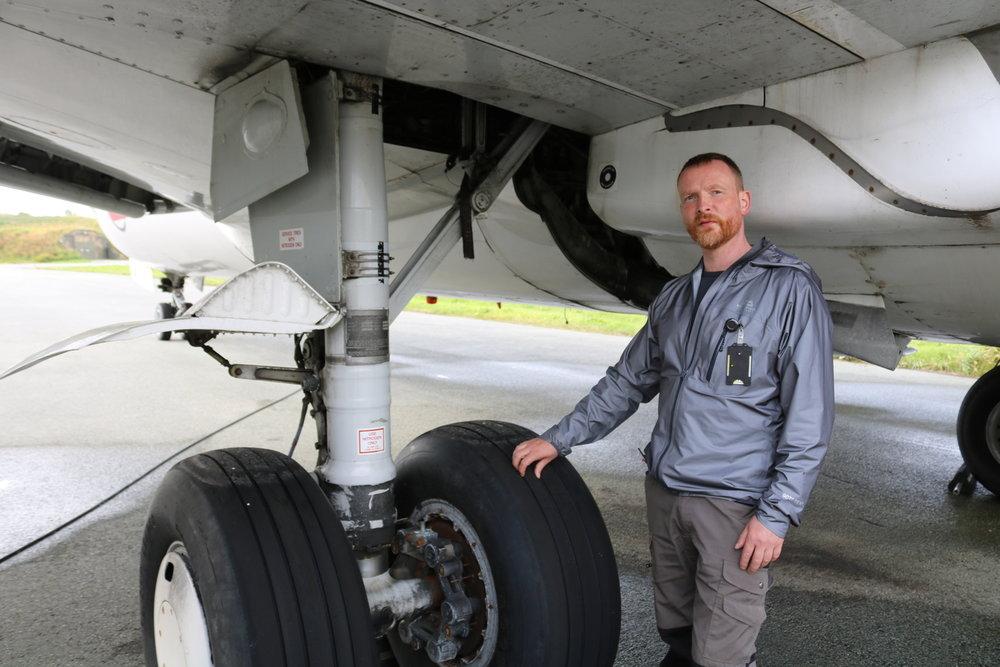 Konservator Michael Loftus passer på at maskinen er fuktfri og godt vedlikeholdt. I tillegg har han holdt på med klargjøring for flytting i lengre tid. Dekkene er en av tingene som må sikres før transport i følge han.