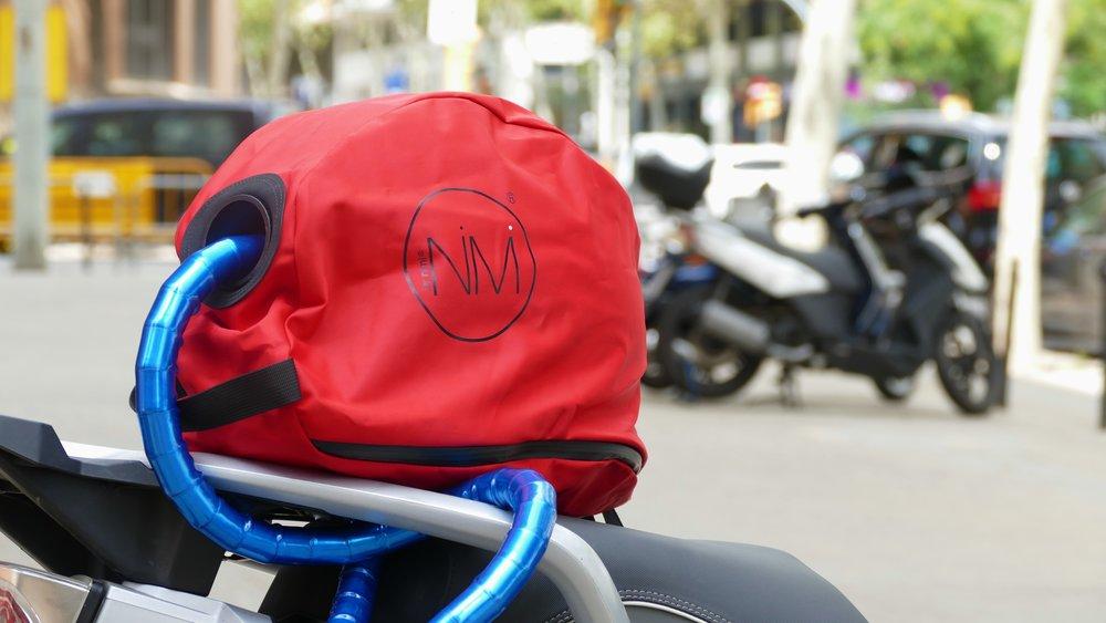 """NiMi City basic & City pro - ¿Quién no ha pensado en tantas ocasiones, """"qué hacer con el casco cuándo me baje de la moto""""?NiMi City es una funda de casco  diseñada para los que buscan confort a la hora de proteger su casco de moto y eligen dejarlo de forma segura sujeto a su moto, a través del pitón o de la cadena de seguridad.Diseñada para todo tipo de casco integral, modular, jet (de la talla S a la XXL).Y lo más importante: no olvides cuidar de tu casco, él te protege a ti.® nimicoversandbags"""