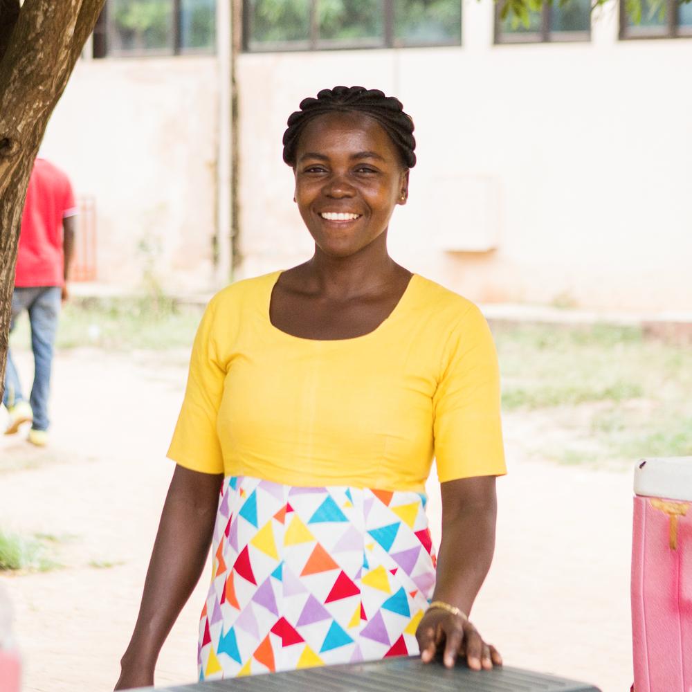 RUTH, PACIENTE EN TEMA CLINIC, GHANA - PRUEBAS Y TRATAMIENTORuth Oman trabaja en un quiosco local de alimentos y bebidas en Tema, Ghana. Cuando Ruth supo que era VIH+, se preocupó de la reacción de sus amigos y familiares. Gracias a la increíble atención y apoyo brindado por el personal del Tema Hospital, Ruth ha permanecido viva y saludable. Conoció a su esposo Abraham en un grupo de apoyo de VIH, y tuvieron cinco niños VIH negativos. En su tiempo libre, Ruth también funge como defensora de la salud en su comunidad, alentando a otras personas hablar sobre su estado con respecto al VIH y a buscar servicios de pruebas y de tratamiento.