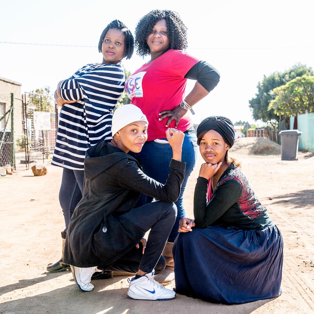 RISE CLUBS, SUDÁFRICA - EMPODERAMIENTO DE MUJERES Y NIÑASLos Rise Clubs proporcionan espacios seguros muy necesarios, para que las mujeres y niñas comparten y conversen sobre temas difíciles, tanto como desarrollar la resiliencia entre pares. Creados inicialmente como respuesta a las altas tasas de infección por VIH entre adolescentes y mujeres jóvenes en Sudáfrica, los Rise Clubs vinculan a las mujeres jóvenes con servicios esenciales como asesoría y pruebas para detectar VIH, terapia antirretroviral, servicios de salud sexual reproductiva y oportunidades educativas y económicas. Estos clubes brindan un espacio para chicas jóvenes en el que se apoyan entre sí para transitar por los retos sociales y culturales que pueden contribuir a un comportamiento sexual riesgoso.