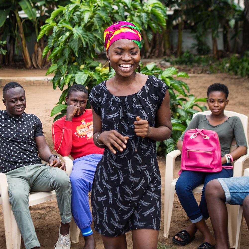 EDUCACIÓN Y EMPODERAMIENTO - En todo el mundo, los jóvenes son más propensos a infectarse con el VIH que cualquier otra población. Dos terceras partes de los jóvenes de todo el mundo no tienen el conocimiento correcto e integral de cómo prevenir el VIH y, como resultado, aproximadamente cada dos minutos, un adolescente se infecta con VIH. Si bien la falta de educación es un verdadero desafío, el estigma y la discriminación también socavan el acceso a los servicios básicos de salud pública. Con una mayor concientización y un mejor acceso a los programas educativos de las comunidades en riesgo, los jóvenes se convierten en una fuerza que impulsa el logro de una generación libre de SIDA para el 2030.