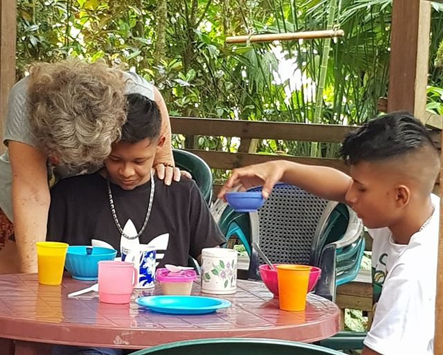 At the Bridge, teenage children are encouraged to hang out, use the internet , play dominoes or just chat, a great alternative to the streets. Through gentle persuasion, Nanci counsels a more loving way of living.⠀ Support us here: elpuente-thebridge.org⠀ #elpuentethebridge⠀ #puertoviejo⠀ #talamanca⠀ #costarica⠀ #bribri⠀ #communitykitchen⠀ #soupkitchen⠀ #education⠀ #feedthechildren⠀ #educatekids⠀ #earthschool⠀ #childrenscharity⠀ #literacy⠀ #latinamerica⠀ #centralamerica⠀ #communitycentre⠀ #caribbean⠀ #junglelife⠀ #motherhood⠀ #donate⠀ #gofundme⠀ #helpkids⠀ #learn⠀ #ngo⠀ #socialimpact⠀ #nonprofits⠀ #volunteers⠀ #volunteerwork⠀ #volunteeringisfun⠀ #makingadifference
