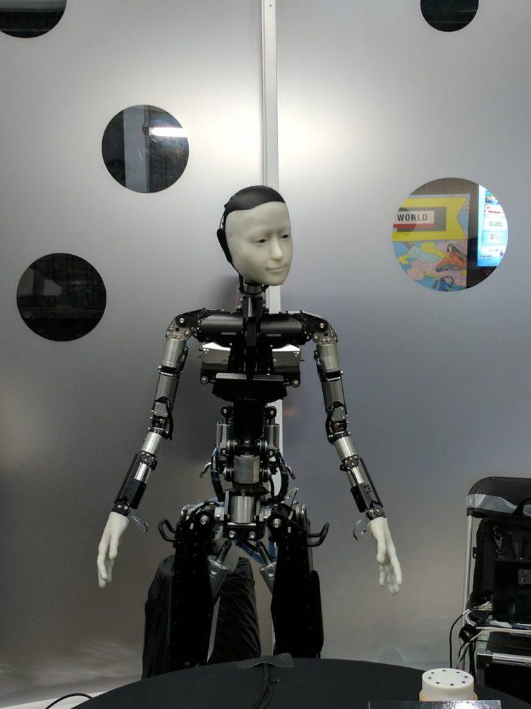 Lección 2 - La inteligencia no es exclusiva de los seres humanos. Muchas industrias empezarán pronto a sentir el impacto de la inteligencia artificial. Debido a la trascendencia del tema, no deberíamos ver esta tecnología solo como una herramienta, sino buscar las formas de complementar nuestras inteligencias, por eso la creatividad se hace cada vez más importante.