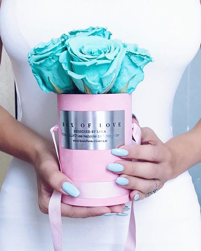 When your nails matches a bouquet of roses 😍🌹🐬🐬🐬 @vikisplace @vikis_bar #manicures #pastellove #tourquoise #mintcolor #softpink #babyblue #blueroses #bluerose #bouquetofflowers #pastels #pastelnails