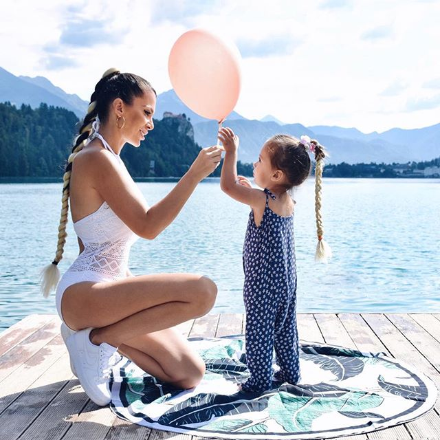 Heaven on Earth is time spent with my daughter ❤️✨✨ .... when all mommy obligations are done 😉 . . . 📸 photo credit: @metka_majcen #braidstyles #braidsgang #blondhairdontcare #twinningiswinning #twinning👯 #lakebled #bledlake #ifeelslovenia #balloons🎈 #pinkballoons
