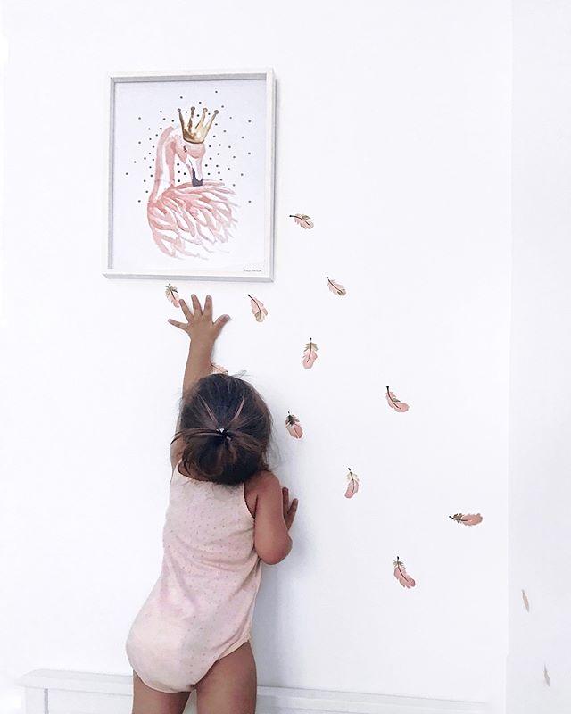 """Counting flamingos instead of sheeps before sleeping 🙈😁😁 • Pred spanjem štejemo flamingovo perje namesto ovčke 🙈☺️🐑☁️🐑☁️🐑☁️💤 Isabella že nekaj tednov rada vse prešteva in sicer """"ENA, LA, TI, ŠTII, PET"""" Hihi, a niso kjut vse te prve besede? Vi mamice tudi kaj preštevate...? Napišite spodaj prve besede številk vaših malčkov ☺️🙏🏻😘😁 • • @lilipinso flamingo from my favorite kids store @malizakladi ⭐️ #flamingos #flamingopink #counting #lilipinso"""