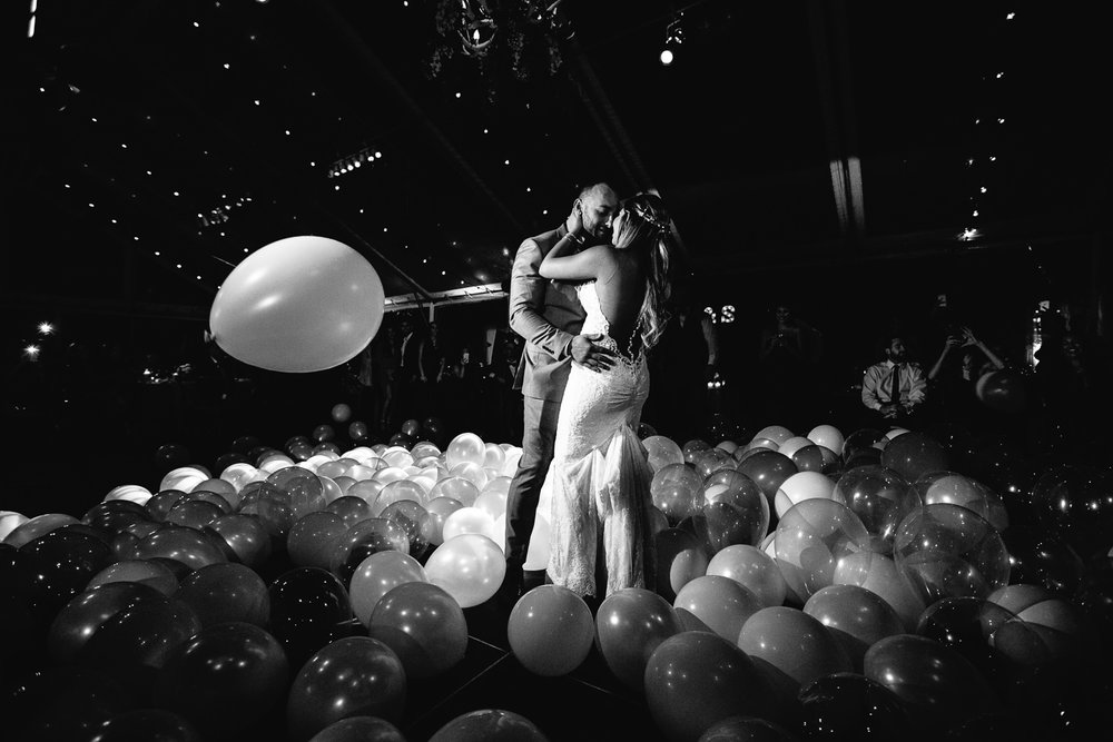 Balloon drop at Hummingbird Nest wedding by Callaway Gable