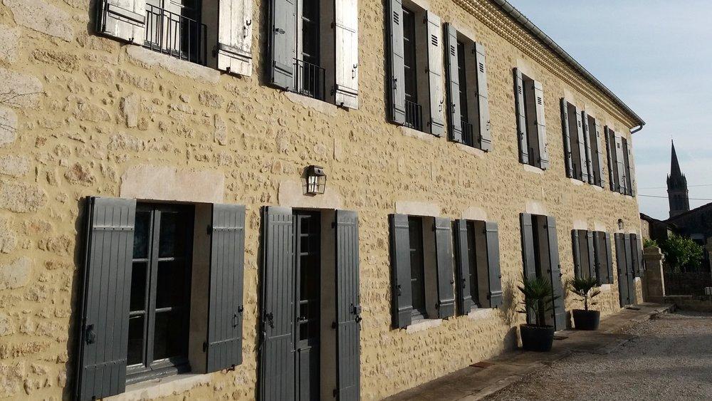 Privatisation 15 personnes - La maison se privatise pour des vacances, des mariages, des anniversaires, des séminaires et des événements privés.La maison peut accueillir jusqu'à 15 personnes.4 chambres doubles, 1 chambre twin et un dortoir avec 5 lits simple. 1 salle de bain et 4 salles de douche700€ / nuit (2 nuits minimum)+Forfait ménage : 200€Forfait 1 semaine : 4000€ (7 nuits)Inclus dans le prix de la location :Draps & linge de maison .