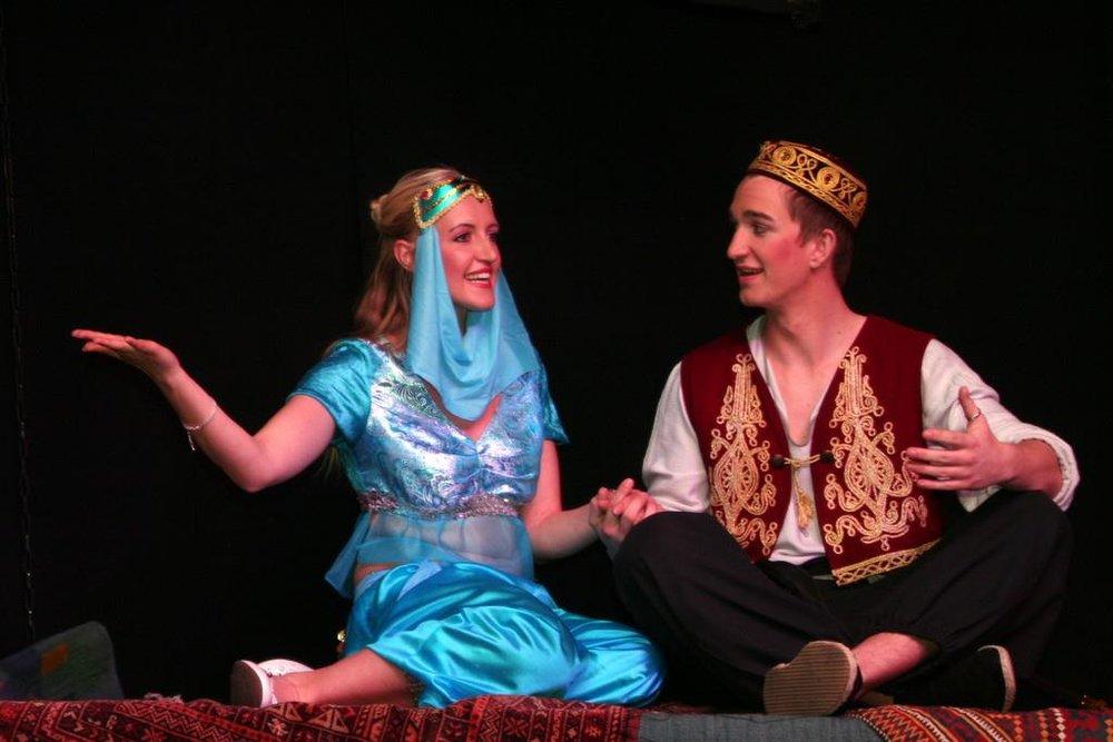 Aladin (2015) - Text: Patrick Ritschel, Musik: Uwe HeynitzCantus VerlagAladin und die schöne Prinzessin Soraya singen verliebt auf dem fliegenden Teppich.