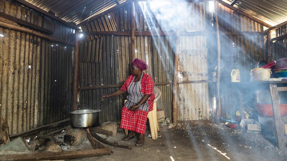 Küche - Auf dem bisherigen Grundstück wurde auf offenem Feuer gekocht, was für 270 Kinder sehr mühsam ist und nur einfachste Gerichte zuliess.Neu ist eine richtige Küche geplant, die direkt im Schulgebäude integriert ist inklusive Essensraum. Die einfachen aber gesunden Mahlzeiten können nun viel hygienischer zubereitet werden.
