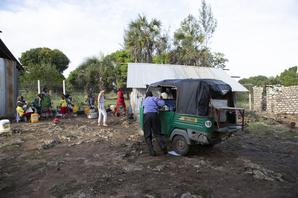 Die 400kg schwere Kochstation wird mit einem kleinen Tuktuk vom Metallbauer zur Shine School gefahren.