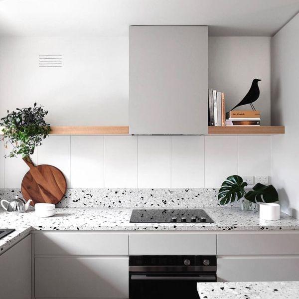 plan-de-travail-et-credence-en-terrazzo-gris-clair-cuisine-grise-2_6029348.jpg