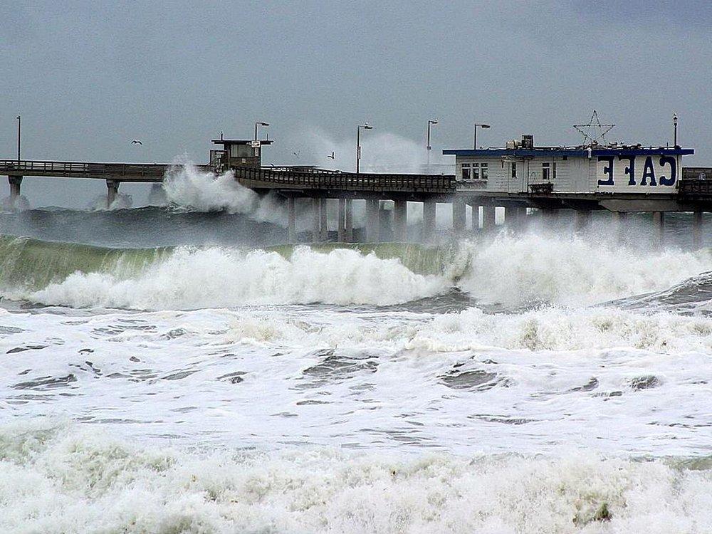 El_nino_waves_piers_ocean_seagulls_cafes.jpg