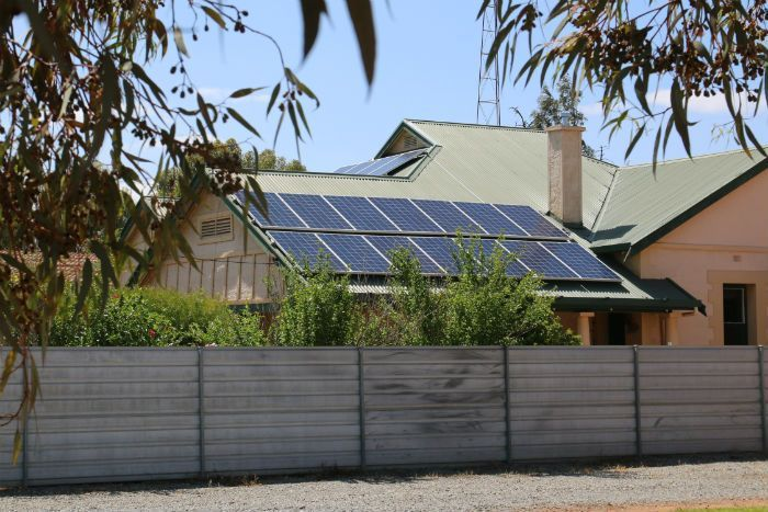 PHOTO:  Solar panels on a roof at Port Pirie. (ABC North and West: Gabriella Marchant)