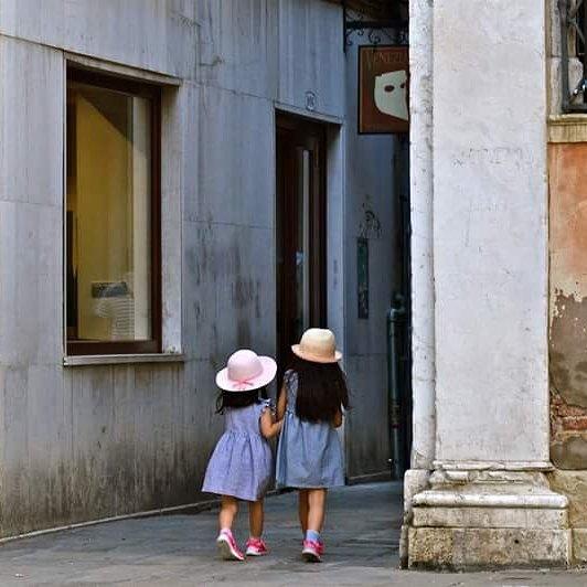 #venise  #veniceitaly #streetphotography #streetdreamsmag #philippeapatie #ig_venezia #igersvenezia #children #vscogrid #venezia #urbanromantix