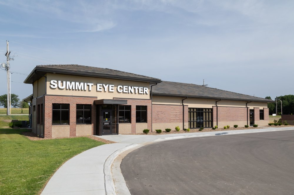 Exterior facade of Summit Eye Center