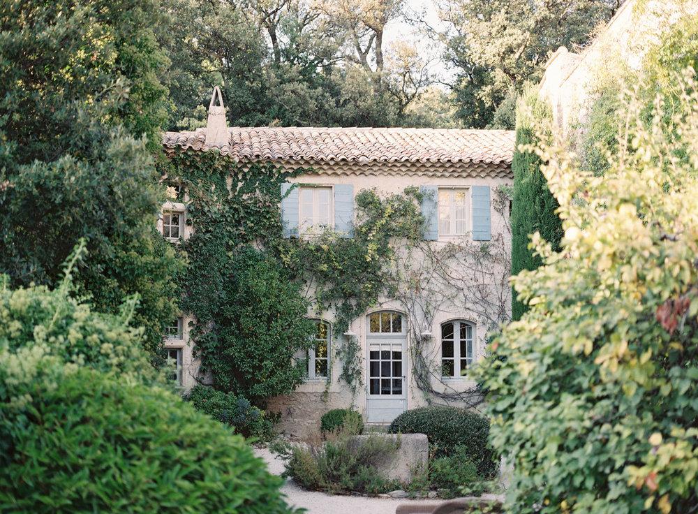 kerstin-lillikadphotography-travel-destinationphotography-creativetravel-artists-filmphotography-unearthingtc-cottage-frenchcountry-englishcountry-vines.jpg