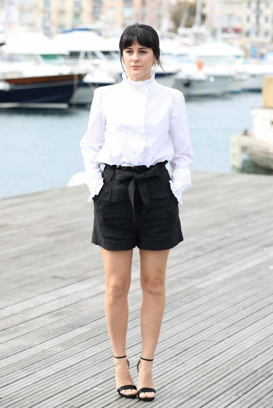 phoebe-fox-during-photocall-of-curfew-for-2018-mipcom-6_thumbnail.jpg