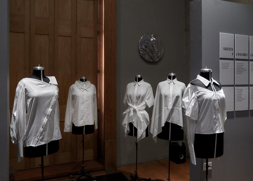 De izquierda a derecha: camisa asimétrica de Angela Reyna, camisa doble cuello de Boyfriend Shirt, camisa con nudo y camisa holgada ambas de 1/8 Takamura, camisa sin hombros de Angela Reyna.