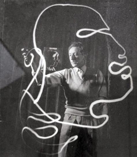Fotografía de Pablo Picasso pintando con luz