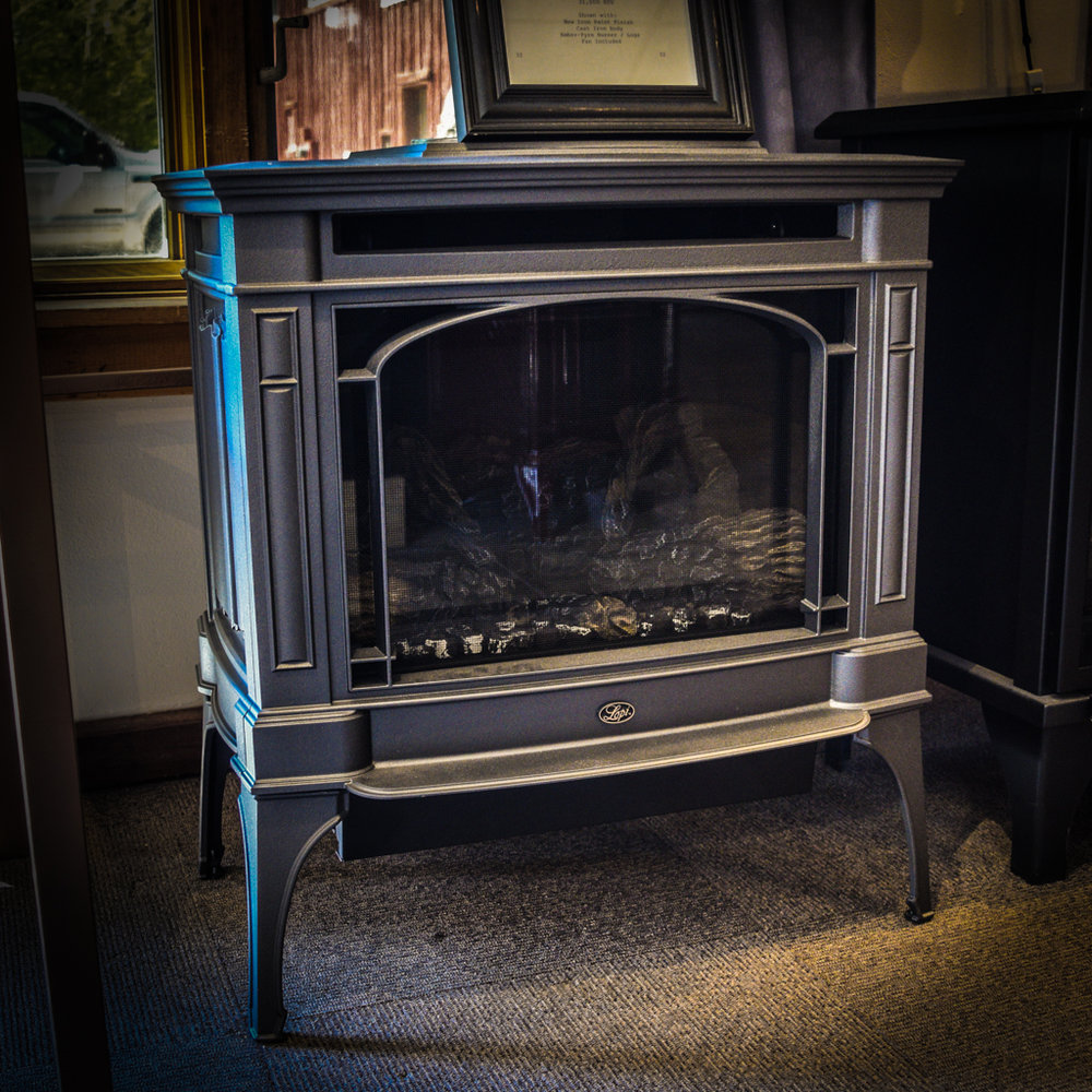 Lopi Berkshire - ‧ Direct Vent Gas Stove - 31,000 BTU‧ New Iron Paint Finish‧ Cast Iron Body‧ Ember-Fyre Burner / Logs‧ Fan‧ Powerful heater‧ Choice of colors & refractory panels‧ Choice of 3-widow or single-glass design‧ Most Popular Gas Stove