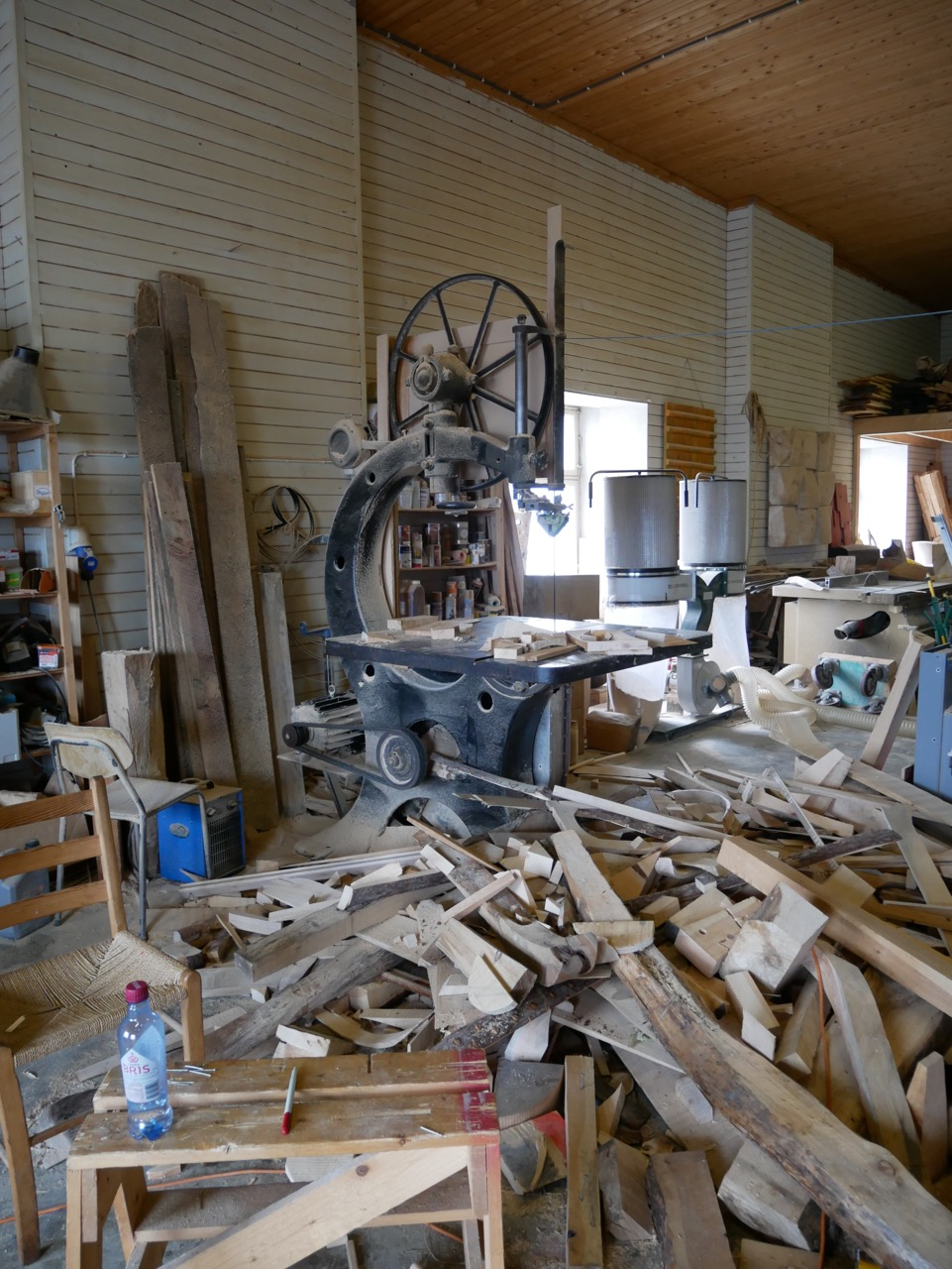 Inside Erlend's workshop - a well-used bandsaw from the late 1890s, made in Norway.