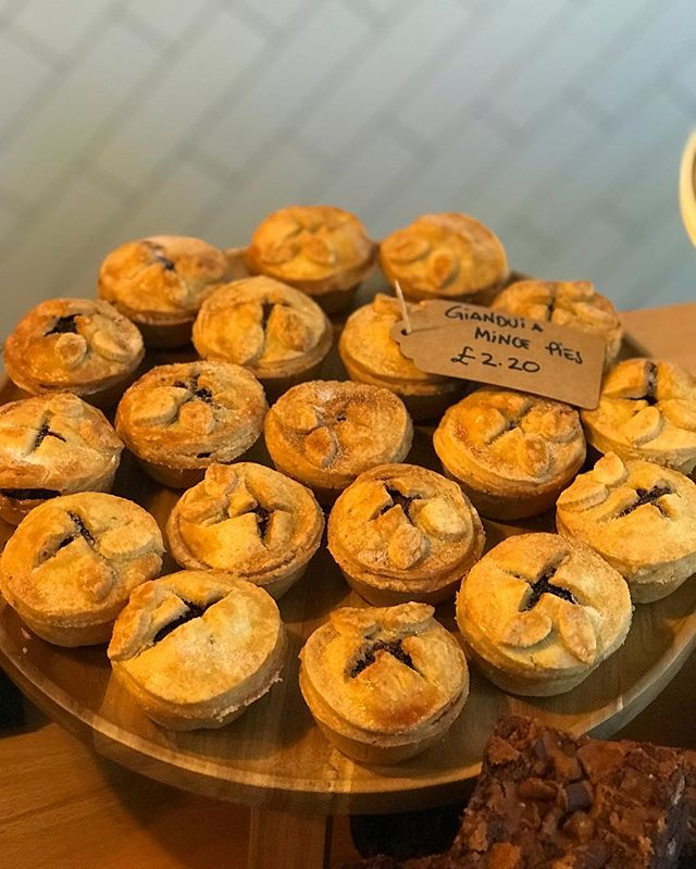 Look at this mince pie action on the counter this morning, these handsome devils are not only generously filled with the usual Christmas joy, but are laced with gianduia , an infallible combination of twice roasted hazelnuts and dark Belgian chocolate.