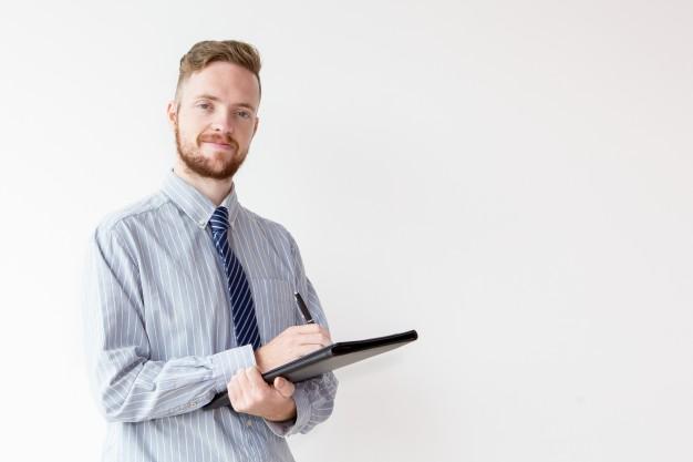 confiant-jeune-homme-d-39-affaires-avec-dossier-et-stylo_1262-4900.jpg