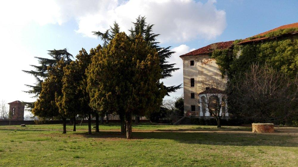 Un castello che risale al 1200, romanticamente arroccato in questa piccolissima città e abbracciato da un parco che saluta le Alpi -