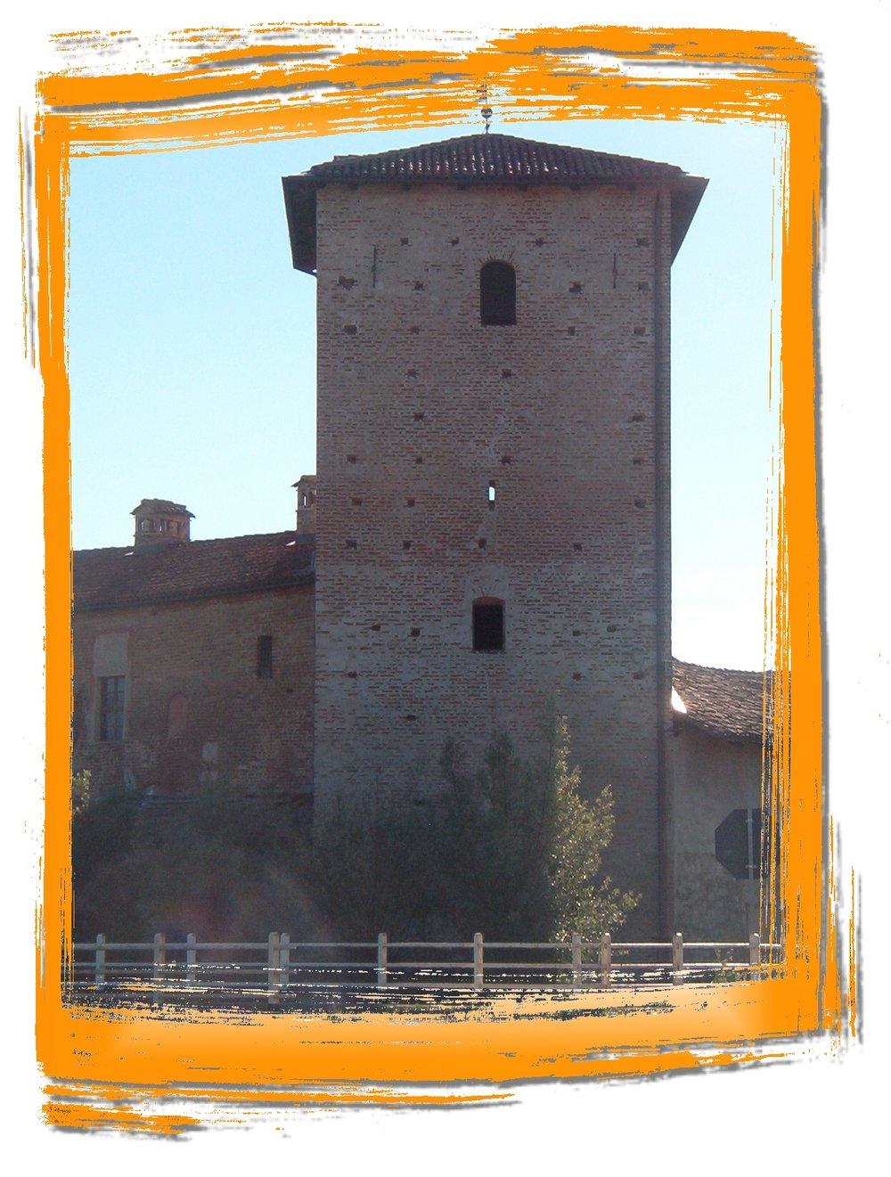 Particolare è la torre su tre piani con annessa la casaforte. -