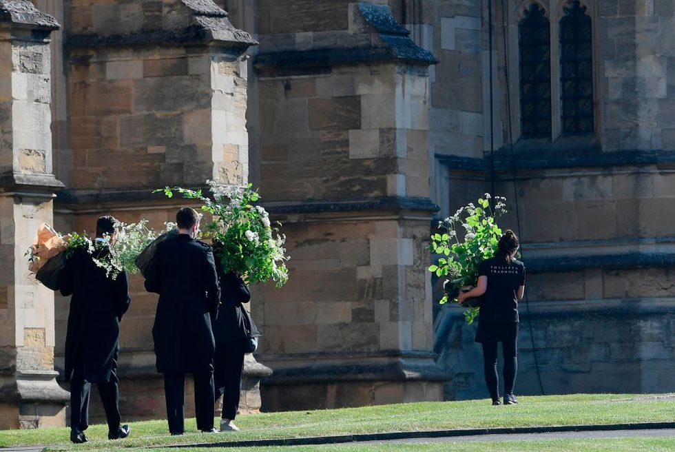 royalweddingflowersarriving-1526719505.jpg