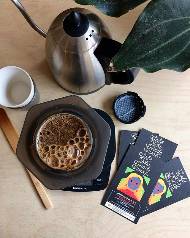 Brewing up mango and passionfruit outrageousness courtesy of this extra special Honduras macerated natural by @girlswhogrindcoffee 🌴🍹☀️