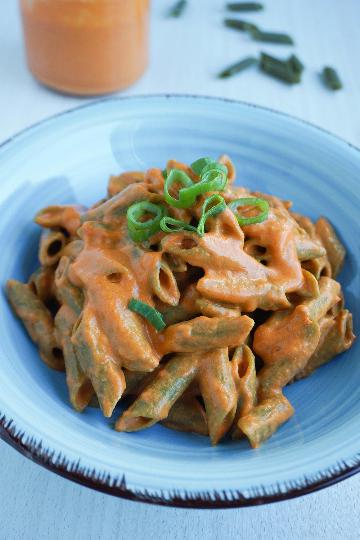 Du brauchst: - 1 Tasse geröstete Paprika2 Esslöffel Öl½ Tasse PflanzenmilchSalz, Pfeffer & Chili nach Geschmack