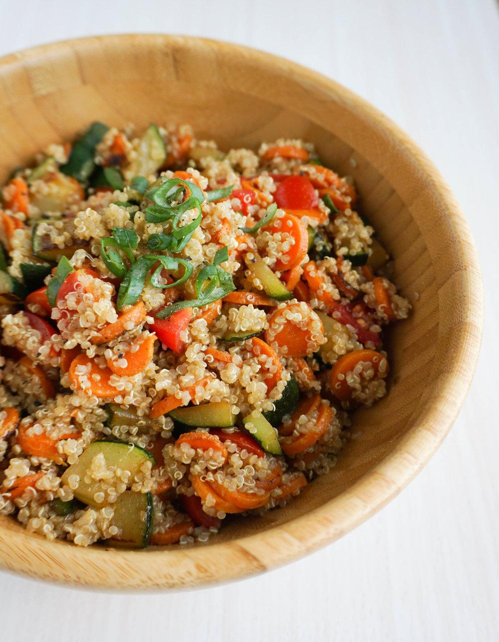 Du brauchst: - 1-2 Tassen Quinoa* (gekocht)4 Möhren1 Zucchini6 Kirschtomaten½ Teelöffel Kreuzkümmel/Cumin1 Schuss LimettensaftSalz & PfefferOptional: Sesamöl*