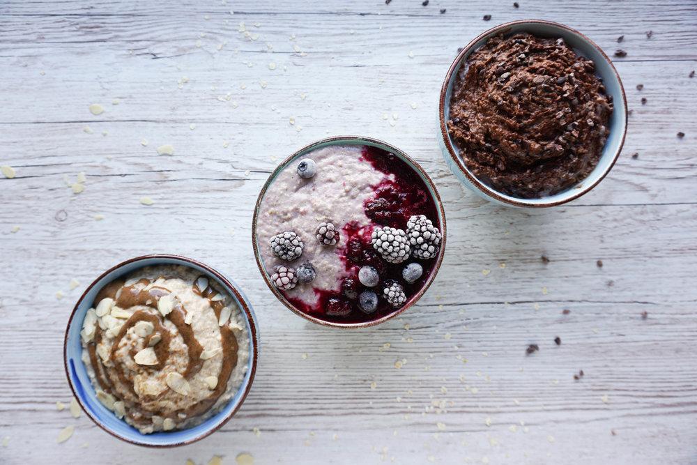 klassisches Porridge - einfaches veganes Frühstück für jeden Tag (Vegan, Glutenfrei) Nuss-Porridge, Porridge mit Beerenkompott und Schoko-Porridge Variationen.jpg