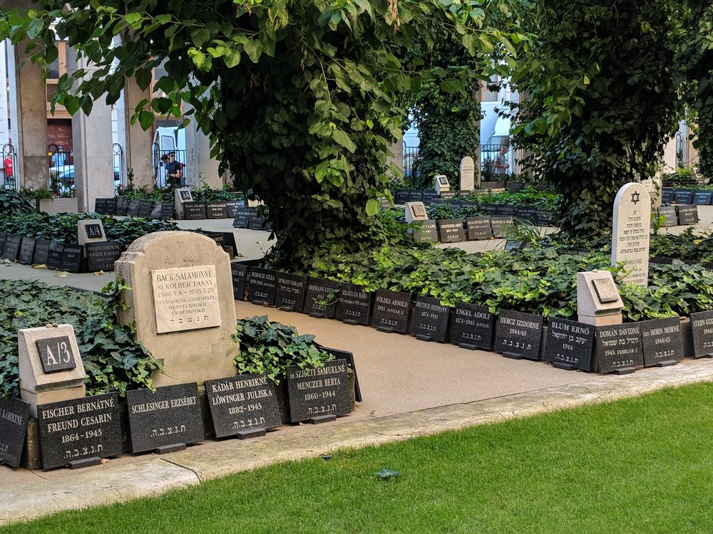 Dohany Synagogue Gardens & cemetery