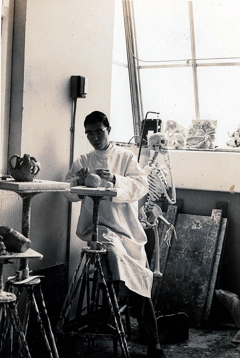 藝術家在英國留學修讀雕塑的情況。