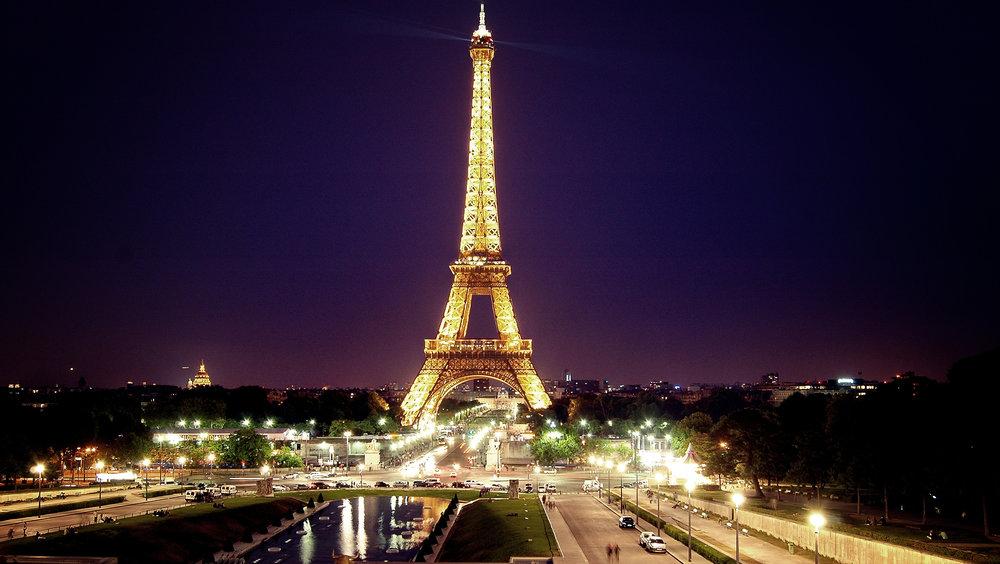 La Tour Eiffel - Que serait Paris sans sa tour Eiffel symbolique? Construit par Gustave Eiffel pour commémorer le centenaire de la Révolution française, elle a étéprésenté à l'Exposition Universelle de Paris en 1889. Haute de 324 mètres, c'est l'un des monuments les plus visités au monde avec près de 7 millions de visiteurs par an.