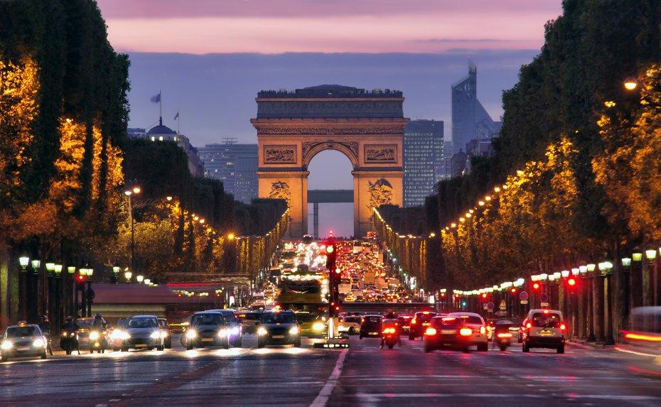 Les Champs-Elysées - Sous le charme de l'architecture romaine antique, Napoléon commande à Jean Chalgrin la conception d'un arc de triomphe dédié à la gloire des armées impériales. Construit au 19ème siècle, c'est le plus grand monument de son genre au monde. Des sculptures impressionnantes ornent ses piliers. En outre, les noms de 558 généraux et les grandes victoires sont gravés sur le dessus de l'arc. Sous l'Arc de Triomphe se trouve la Tombe du Soldat Inconnu de France.