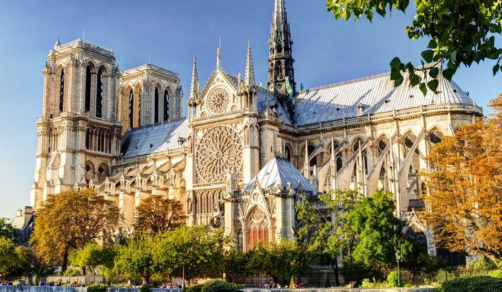 Notre Dame de Paris - L'un des symboles les plus marquants de Paris: Notre-Dame de Paris, également connue sous le nom de Notre Dame, est une cathédrale catholique romaine située sur la moitié est de l'île de la Cité. Elle est largement considérée comme l'un des plus beaux exemples de l'architecture gothique française en Europe. Construite en 1163 et terminée en 1345, cette cathédrale est un régal pour les yeux avec ses portails entourés de ses nombreuses sculptures et gargouilles qui ornent le toit.