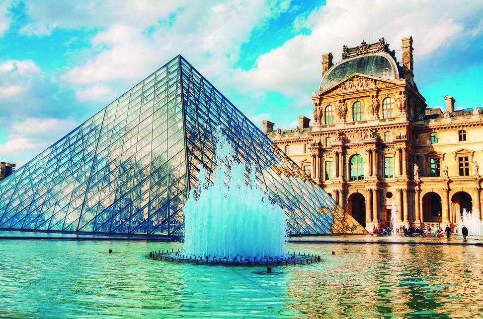 Musée du Louvre - Le Louvre est le musée d'art le plus visité au monde. Situé au coeur de Paris, ce bâtiment historique est un ancien palais royal, d'une superficie de 210 000 mètres carrés dont 60 600 pour les expositions. Le musée est logé dans le Louvre, à l'origine une forteresse construite à la fin du 12ème siècle sous Philippe II. Les vestiges de la forteresse sont visibles dans le sous-sol du musée.