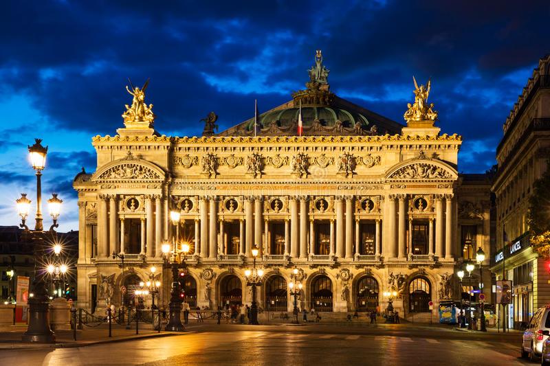 Opéra Garnier - Chef-d'œuvre de l'opulence architecturale, l'Opéra Garnier - également connu sous le nom de Palais Garnier - respire la même atmosphère énigmatique des années 1800. Ce sentiment palpable d'intrigue et de mystère qui imprègne l'opéra est dû en partie à ses intérieurs grandioses du Vieux Monde, ainsi qu'à Gaston Leroux, l'auteur du «Fantôme de l'Opéra», dont le Garnier a servi d'inspiration.