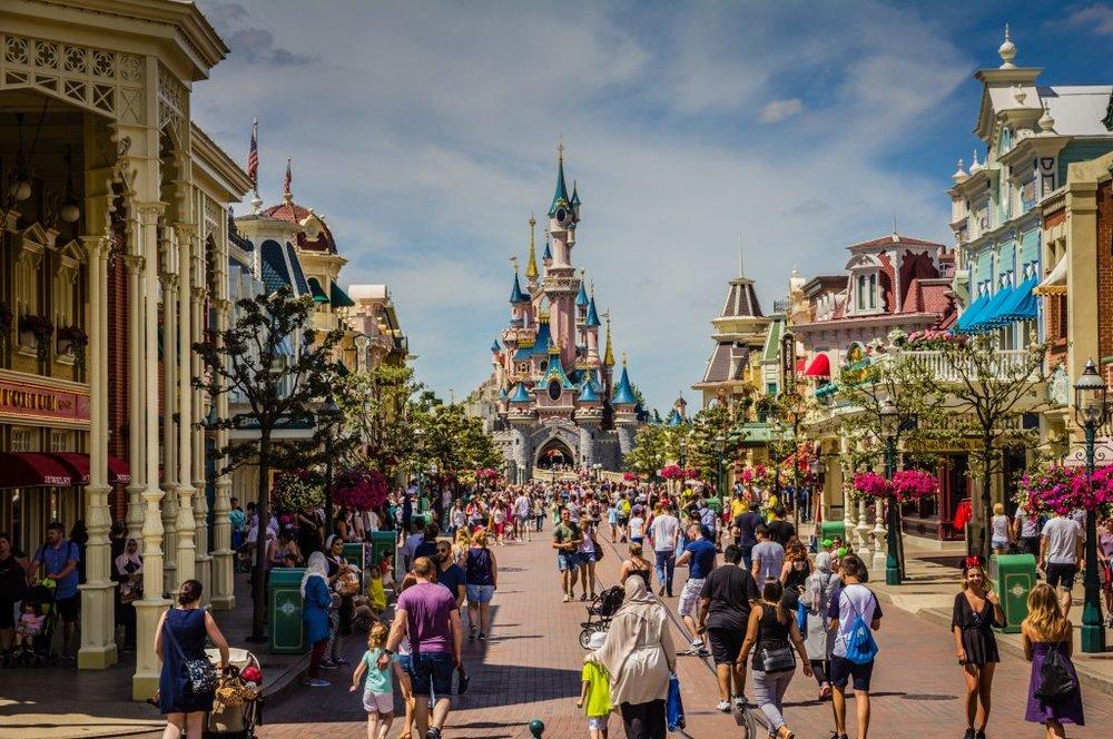 Disneyland - Les fans de Mickey peuvent visiter Disneyland Paris,situé à 32 km du centre de Paris, avec une connexion direct par le RER A. Disneyland Paris propose deux parcs à thème: Disneyland (avec le château de la Belle au Bois Dormant) et Walt Disney Studios. Les principales attractions sont