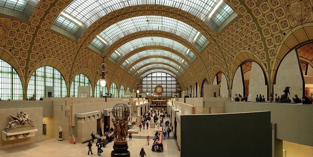 Musée d'Orsay - Situé dans une ancienne gare le long de la rive gauche, le musée d'Orsay est réputé pour sa riche collection d'œuvres impressionnistes. Vous y trouverez des peintures d'artistes français comme Degas, Monet, Cézanne et Van Gogh, parmi tant d'autres. Le musée abrite également un grand nombre de sculptures, ainsi que la photographie et même des expositions de meubles.